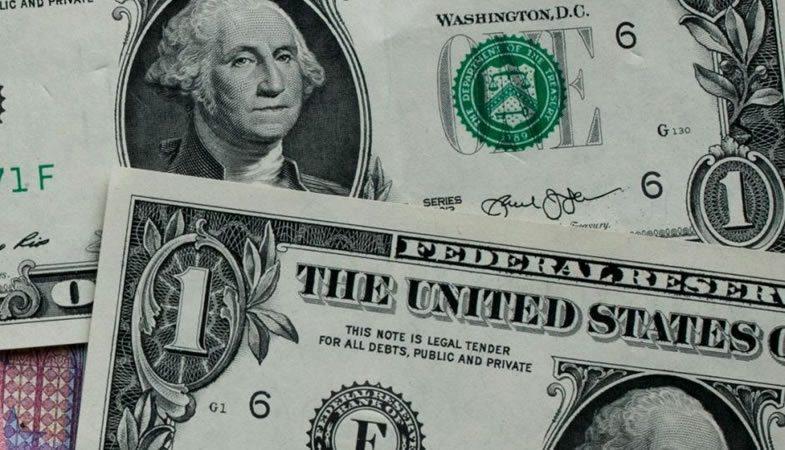 El dólar vuelve a bordear los $700, dejando atrás días a la baja